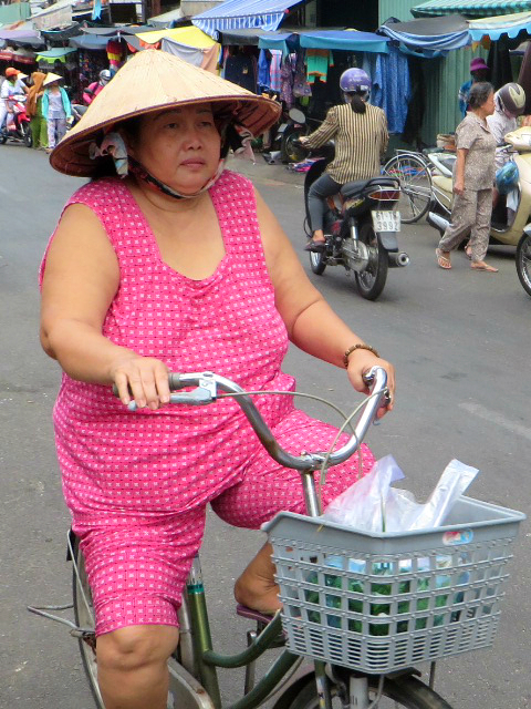 Watch out! Amazing Vietnamese cyclist