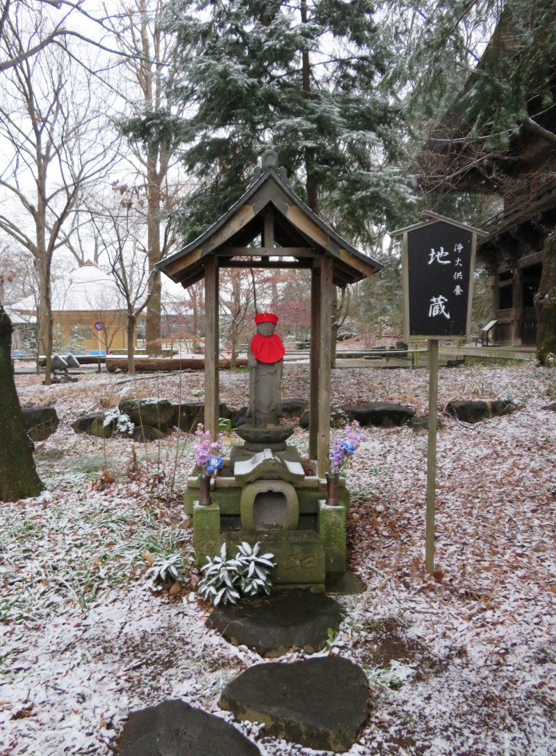 Snowy temple toyko